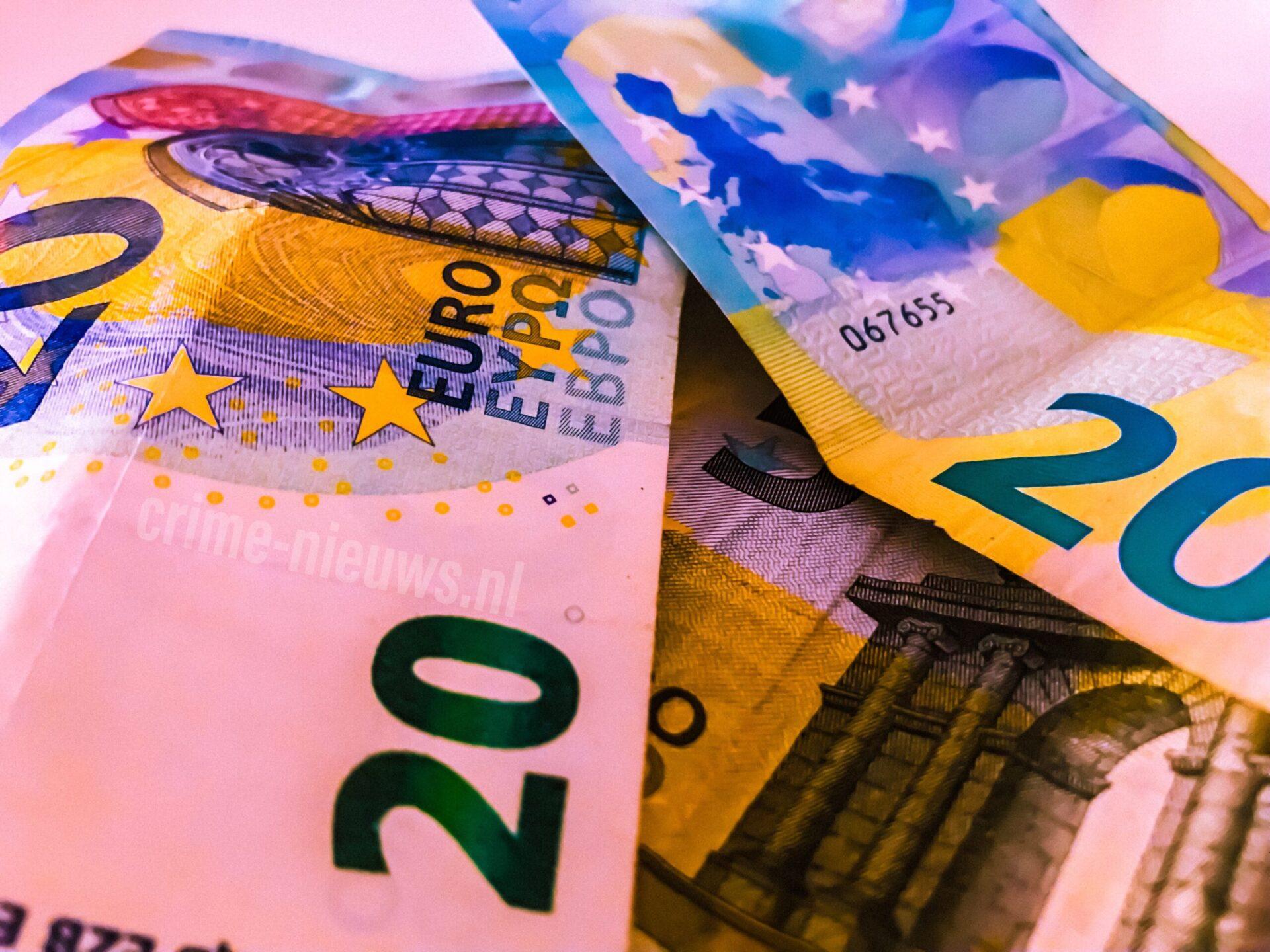 Albanezen vast voor witwassen na aantreffen boodschappentas vol bankbiljetten op deA67.