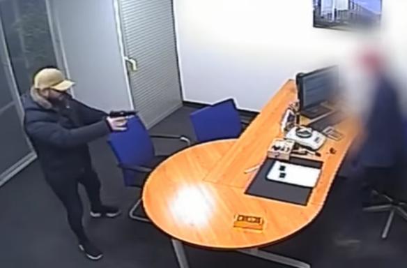 VIDEO: Medewerker goudwisselshop verzet zich hevig tegen overvaller met pistool